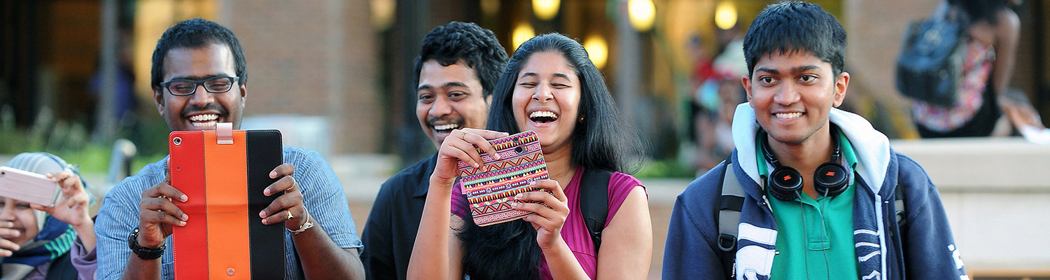 Indian students sharing a laugh on the 肯特 State campus