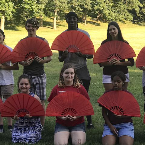 High school students from Portage County and surrounding areas hold Chinese hand fans during a past STARTALK Summer Foreign Language Camp at 肯特 State.