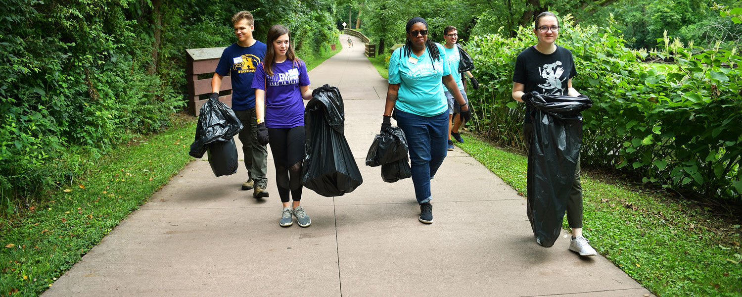 Kent State students pick up trash in a 社区 service project